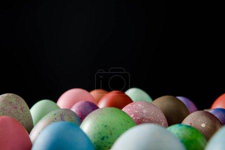 Photo pour Concentration sélective d'œufs de Pâques colorés isolés sur noir - image libre de droit