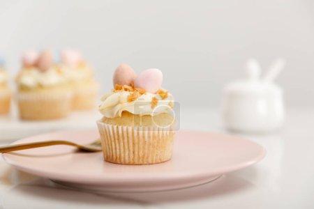 Photo pour Concentration sélective du cupcake sur plaque avec fourchette sur fond gris - image libre de droit