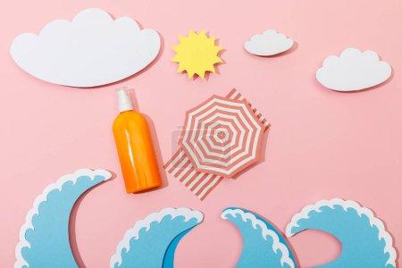 Photo pour Vue du dessus de la plage d'été coupée en papier avec distributeur bouteille de crème solaire sur fond rose - image libre de droit