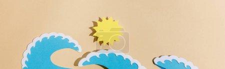 Photo pour Vue en haut du papier coupé des vagues du soleil et de la mer sur une photo beige et panoramique - image libre de droit