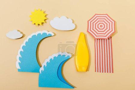 Photo pour Vue du dessus de la plage d'été coupée en papier avec tube de crème solaire sur fond beige - image libre de droit