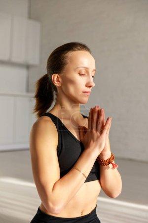 Photo pour Femme attrayante avec les yeux fermés et les mains priantes - image libre de droit