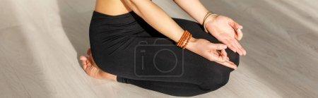 Photo pour Plan panoramique de la femme avec les pieds nus faisant exercice seiza sur le sol - image libre de droit