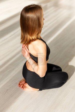 Photo pour Vue aérienne de la femme avec pieds nus dans la pose de prière inversée - image libre de droit
