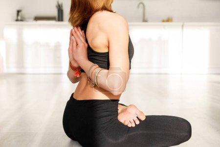 Photo pour Vue recadrée de la femme avec pieds nus dans la pose de prière inverse pratiquant le yoga - image libre de droit