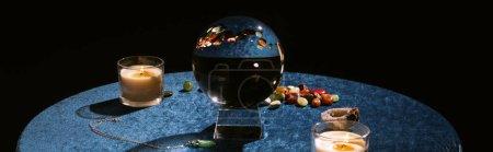 Photo pour Boule de cristal, bougie et pierres révélatrices de fortune sur un tissu de velours bleu foncé, plan panoramique - image libre de droit