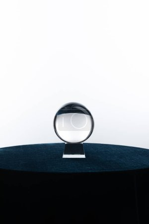 Foto de Bola de cristal sobre mesa redonda aislada en blanco - Imagen libre de derechos