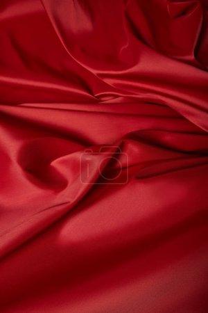 Photo pour Vue de près d'un tissu de soie rouge mou et émietté - image libre de droit