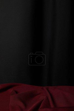 Photo pour Bourgogne tissu texturé mou et effilé sur fond noir - image libre de droit