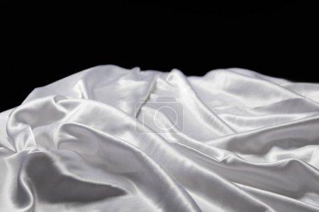 Photo pour Vue de près d'un tissu de soie blanc mou et émietté isolé sur noir - image libre de droit
