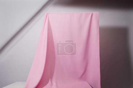 Photo pour Tissu ondulé doux rose suspendu sur fond gris - image libre de droit
