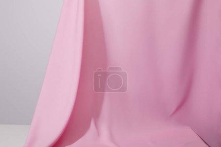 Photo pour Vue rapprochée du tissu ondulé doux rose isolé sur gris - image libre de droit