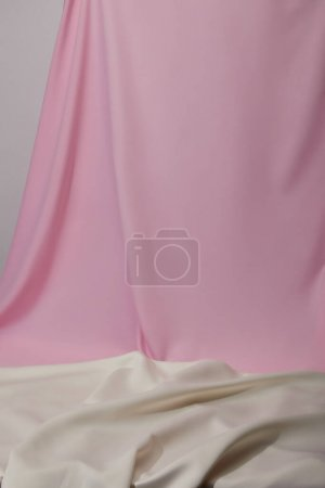Foto de Vista de cerca de tela suave y ondulada rosa y blanca aislada en gris - Imagen libre de derechos