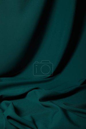 Foto de Vista de cerca de la tela de seda suave y ondulada esmeralda - Imagen libre de derechos