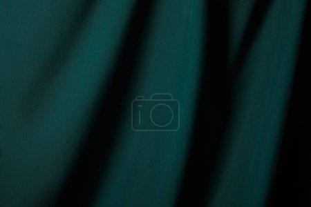 Photo pour Vue rapprochée du tissu de soie douce et ondulée émeraude - image libre de droit