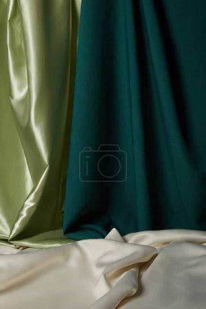 """Photo pour Vue de près d """"émeraude, vert clair et blanc soie molle et ondulée - image libre de droit"""