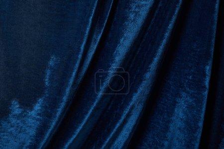 Photo pour Vue rapprochée de tissu texturé velours bleu doux et froissé - image libre de droit