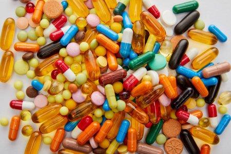 Photo pour Vue du dessus des capsules et pilules lumineuses sur fond blanc - image libre de droit
