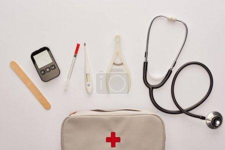 Photo pour Vue du dessus de la trousse de premiers soins avec des objets médicaux sur blanc - image libre de droit