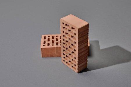 Photo pour Vue grand angle de deux briques sur fond gris - image libre de droit