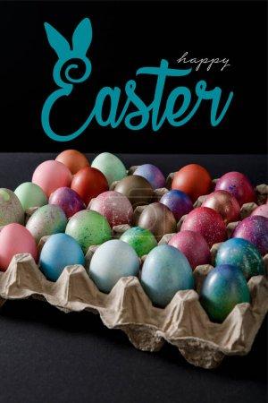 Photo pour Plateau d'oeufs avec des œufs de Pâques colorés sur fond noir avec illustration de Pâques heureuse - image libre de droit