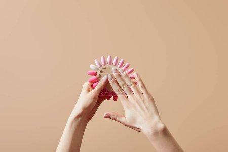 Foto de Visión cruzada de la mujer que tiene muestras de pulido de uñas aislado sobre la colza - Imagen libre de derechos
