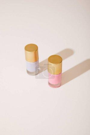 Foto de Vista de gran angular de las botellas de pulido de uñas sobre fondo blanco - Imagen libre de derechos