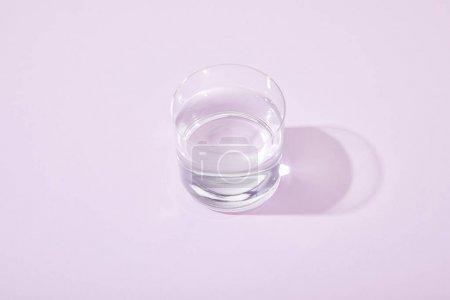 Photo pour Verres d'eau douce sur fond violet - image libre de droit