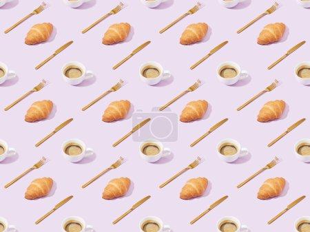 Photo pour Fourchettes et couteaux dorés, croissants et café sur fond violet, motif sans couture - image libre de droit