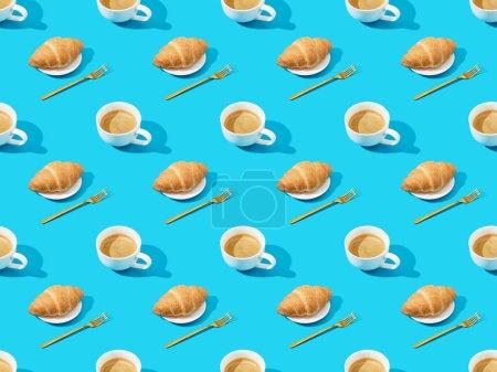 Gabeln, frische Croissants auf Tellern und Kaffee auf blauem, nahtlosem Hintergrundmuster