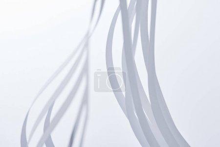 Foto de Ver de cerca las rayas de papel sobre fondo blanco - Imagen libre de derechos