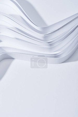 Photo pour Vue rapprochée des bandes ondulées de papier sur fond blanc - image libre de droit