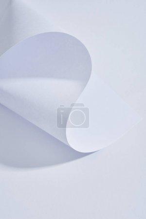 Photo pour Vue rapprochée de la feuille de papier incurvée sur fond blanc - image libre de droit