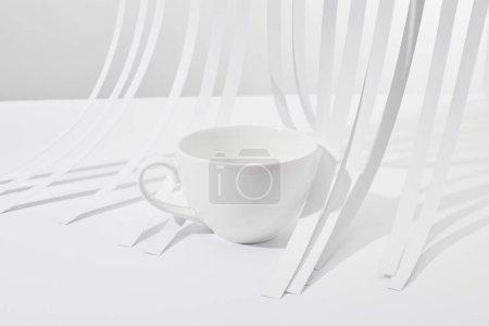 Photo pour Vue rapprochée des bandes de papier et de la tasse sur fond blanc - image libre de droit