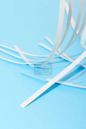 Foto de Ver de cerca las rayas de papel blanco sobre fondo azul - Imagen libre de derechos