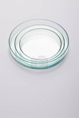 Photo pour Vue grand angle de la verrerie vide de laboratoire sur fond gris - image libre de droit