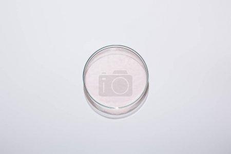 Foto de Vista superior de cristalería de laboratorio con líquido rosa sobre fondo gris - Imagen libre de derechos