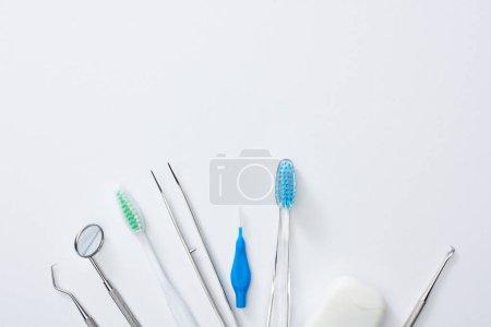 Photo pour Vue de dessus du matériel dentaire pour la santé dentaire et examen sur fond gris - image libre de droit