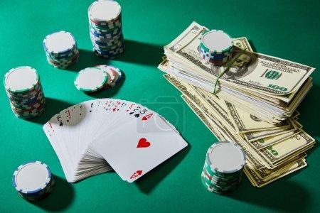 Photo pour Vue grand angle des cartes à jouer, jetons de casino et billets en dollars sur vert - image libre de droit