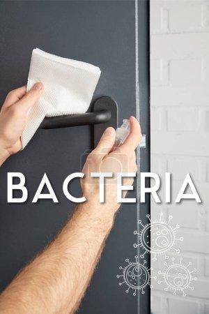 Photo pour Vue partielle de l'homme désinfectant poignée de porte en métal avec antiseptique et serviette, illustration de bactéries - image libre de droit
