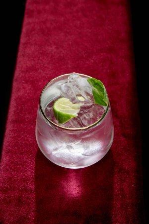 Photo pour Vue grand angle du verre avec mojito froid frais, menthe et tranche de citron vert isolé sur noir - image libre de droit