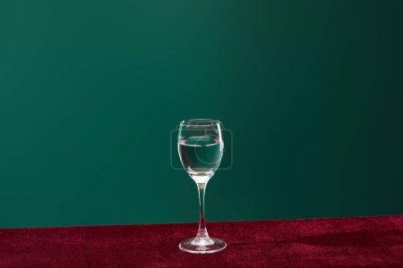 Photo pour Verre de tir avec liquide transparent pur isolé sur vert - image libre de droit