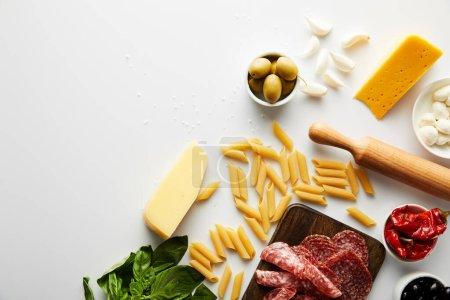 Photo pour Vue du plateau de viande, du rouleau, des pâtes et des ingrédients sur fond blanc - image libre de droit