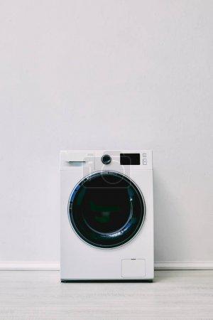 Photo pour Lave-linge près du mur dans la salle de bain blanche - image libre de droit