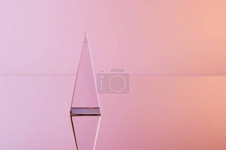 Photo pour Pyramide transparente cristal avec réflexion sur fond rose - image libre de droit