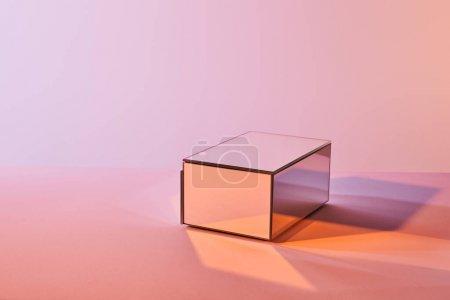 Photo pour Cube avec réflexion lumineuse sur la surface sur fond violet et rose - image libre de droit