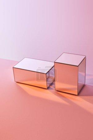 Photo pour Cubes avec réflexion de la lumière sur la surface sur fond rose - image libre de droit