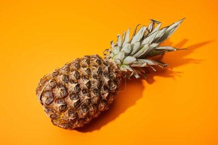 Photo pour Ananas entier mûr sur fond orange coloré - image libre de droit