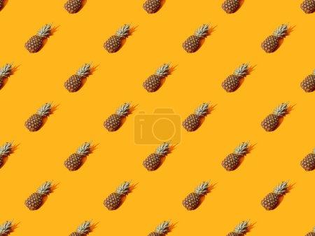 Photo pour Ananas entier mûr sur fond orange coloré, sans couture - image libre de droit