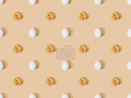 Photo pour Vue du dessus des pâtes fraîches avec des œufs sur fond beige, motif sans couture - image libre de droit